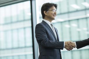 握手をするビジネスマンの写真素材 [FYI01621384]