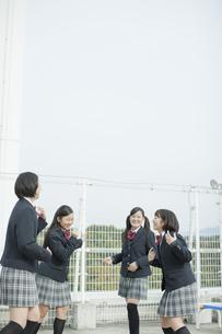 屋上で遊ぶ女子校生の写真素材 [FYI01621388]