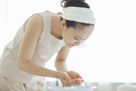 洗顔をするスキンケアイメージの写真素材 [FYI01621391]