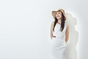 日差しを浴びる笑顔の女性の写真素材 [FYI01621394]