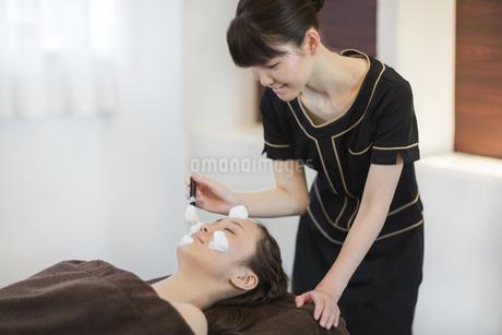 洗顔の泡を顔にのせられる若い女性の写真素材 [FYI01621396]