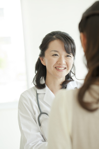 女性患者を診察する女性医師の写真素材 [FYI01621399]