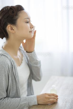 コットンを顔にあてるスキンケアイメージの写真素材 [FYI01621403]