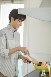 チキンライスを作る若い男性の写真素材 [FYI01621412]
