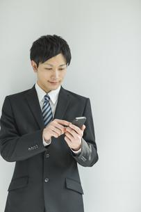 スマートフォンを操作するフレッシュマンの写真素材 [FYI01621415]