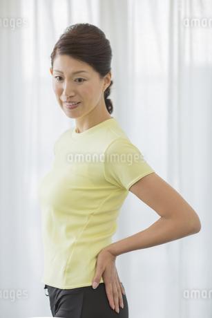 スタイルをチェックする中高年女性の写真素材 [FYI01621419]