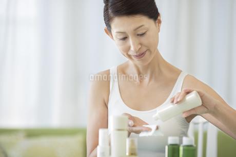 中年女性のスキンケアイメージの写真素材 [FYI01621420]