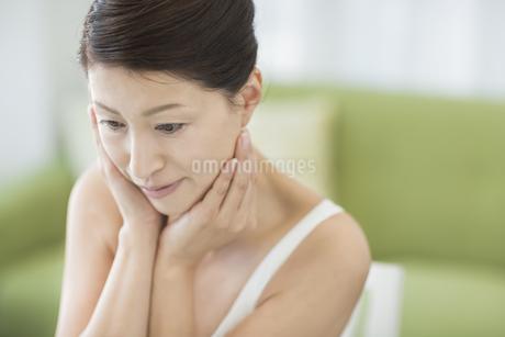 中年女性のスキンケアイメージの写真素材 [FYI01621433]