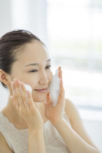 「泡洗顔マッサージをする女性の写真素材 [FYI01621435]