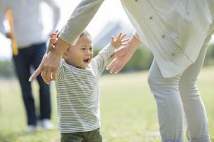 抱っこをせがむ赤ちゃんの写真素材 [FYI01621442]
