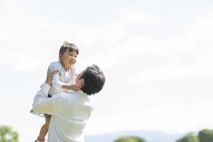 女の子を高い高いする父親の写真素材 [FYI01621443]