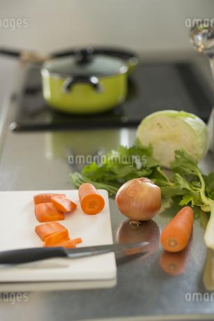 料理中のキッチンの写真素材 [FYI01621448]
