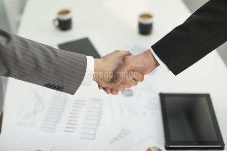 握手をするビジネスマンの写真素材 [FYI01621449]