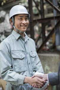 笑顔で握手をする男性社員の写真素材 [FYI01621457]