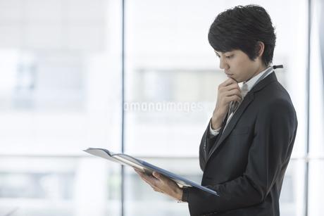 ファイルを持つ若いビジネスマンの写真素材 [FYI01621458]