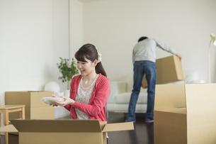 引っ越し作業をする若いカップルの写真素材 [FYI01621467]