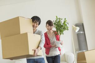 引っ越し作業をする若いカップルの写真素材 [FYI01621469]