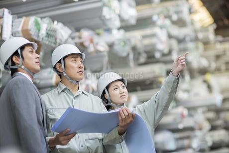 倉庫で商品を指差して見る男女の社員の写真素材 [FYI01621473]