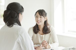 女性患者を診察する女性医師の写真素材 [FYI01621477]