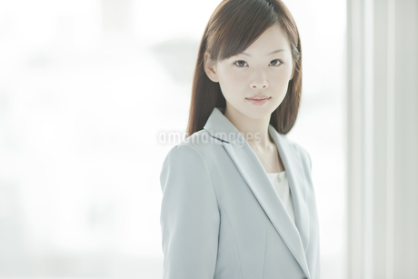スーツ姿のビジネスウーマンの写真素材 [FYI01621479]