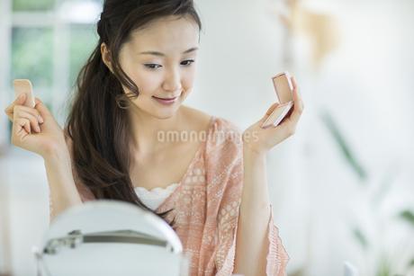 ファンデーションを塗る美容イメージの写真素材 [FYI01621481]