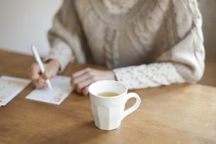 年賀状を書く女性の写真素材 [FYI01621485]