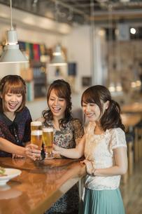 女子会で乾杯をする若い女性の写真素材 [FYI01621493]