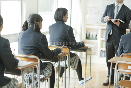 授業中先生の話を聞く女子校生の写真素材 [FYI01621501]