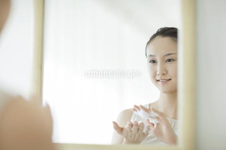 洗顔の泡をたてるスキンケアイメージの写真素材 [FYI01621510]