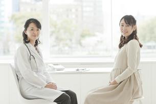 妊婦を診察する女性医師の写真素材 [FYI01621518]