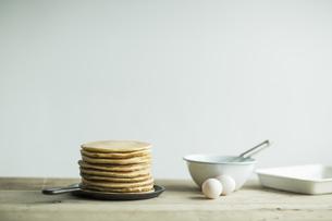 フライパンの上に積み上げたパンケーキの写真素材 [FYI01621526]