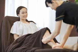 脚マッサージを受ける若い女性の写真素材 [FYI01621527]