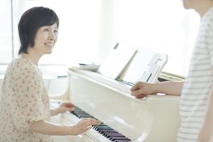 ピアノを楽しむ中高年夫婦の写真素材 [FYI01621536]