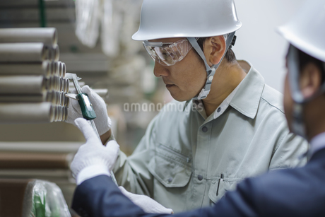 商品を調べる男性社員の写真素材 [FYI01621541]