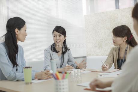 商品開発会議をするビジネスウーマンの写真素材 [FYI01621550]