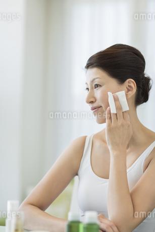 中年女性のスキンケアイメージの写真素材 [FYI01621554]
