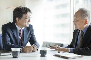 会議をするビジネスマンの写真素材 [FYI01621559]