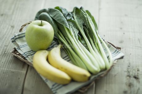 テーブルに置かれた野菜とフルーツの写真素材 [FYI01621565]