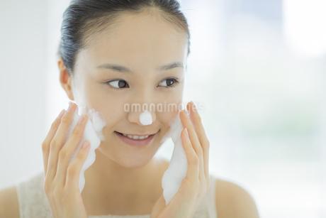 「泡洗顔マッサージをする女性の写真素材 [FYI01621575]
