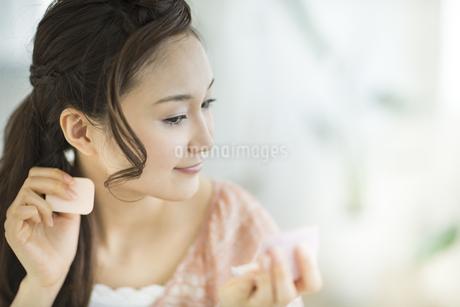 ファンデーションを塗る美容イメージの写真素材 [FYI01621576]