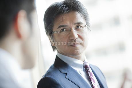 話すビジネスマンの写真素材 [FYI01621592]