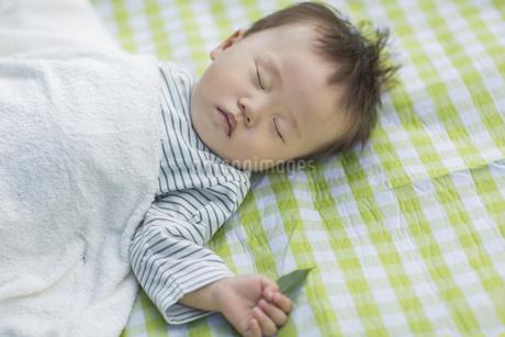 眠る赤ちゃんの写真素材 [FYI01621593]