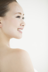 横顔の女性のスキンケアイメージの写真素材 [FYI01621600]
