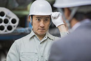 挨拶をする男性社員の写真素材 [FYI01621613]