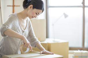 引っ越し作業をする女性の写真素材 [FYI01621614]