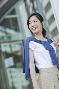 笑顔で歩くビジネスウーマンの写真素材 [FYI01621615]