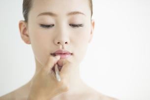 口紅を塗る女性の写真素材 [FYI01621620]