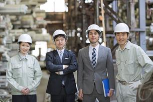 倉庫に立つ社長と男女の社員の写真素材 [FYI01621631]