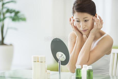 中年女性のスキンケアイメージの写真素材 [FYI01621639]