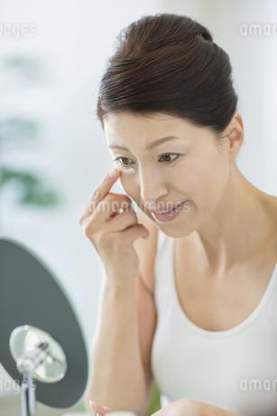 中年女性のスキンケアイメージの写真素材 [FYI01621640]